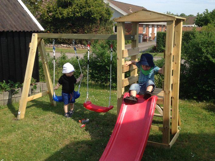 Børn leger udenfor