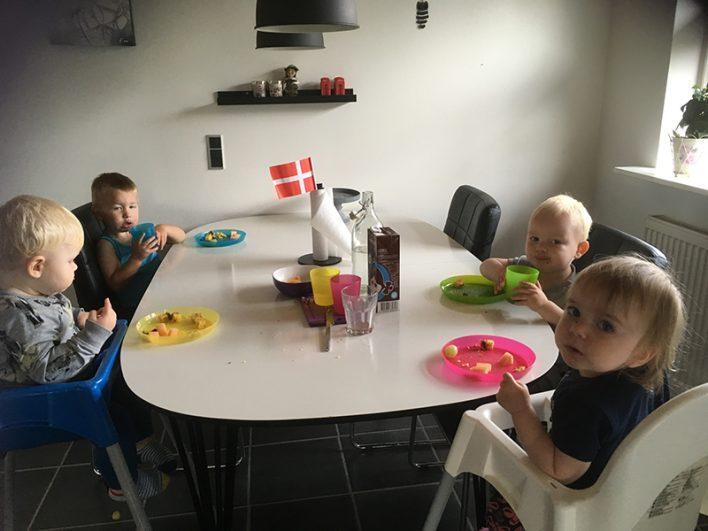 Børn holder fødselsdag i køkken