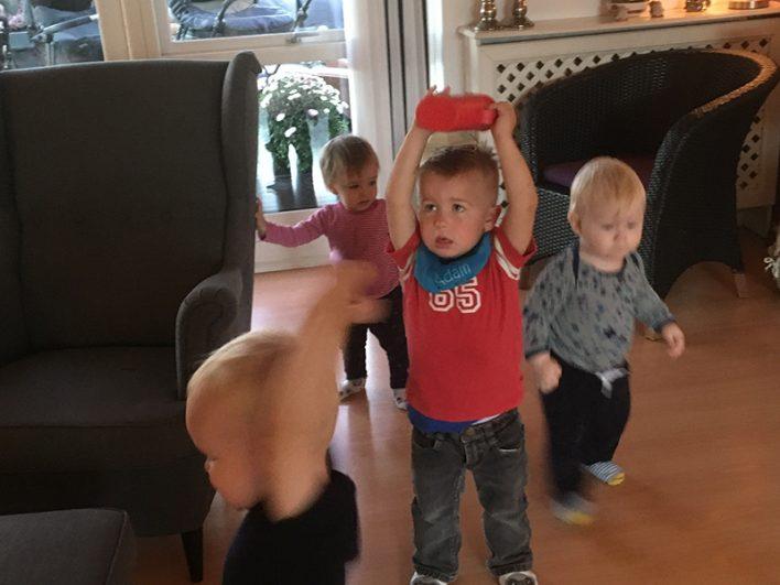 Børn leger i stuen