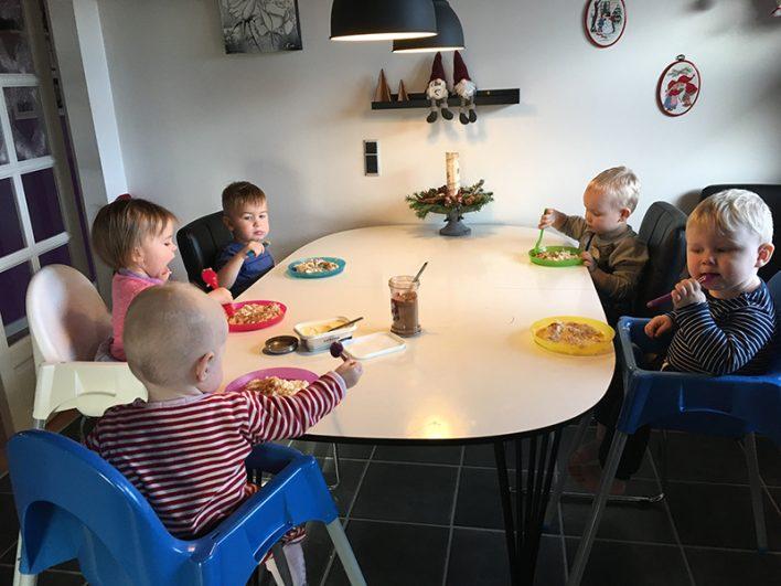 Børn spiser grød